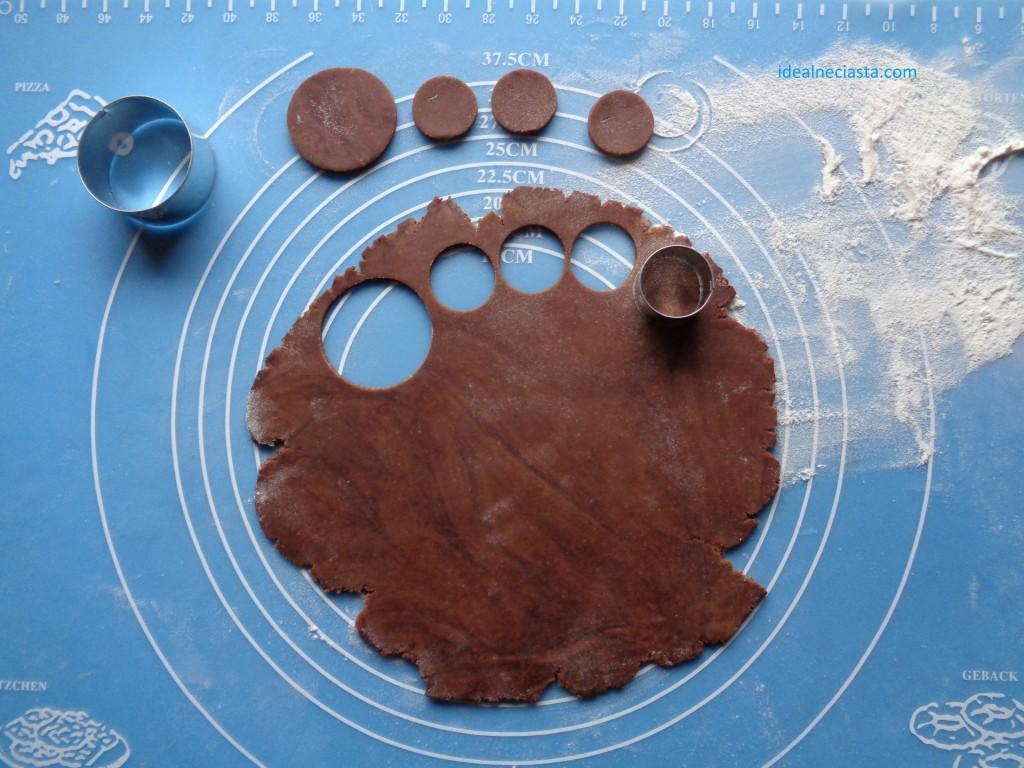 wycinanie ciasteczek bałwanków