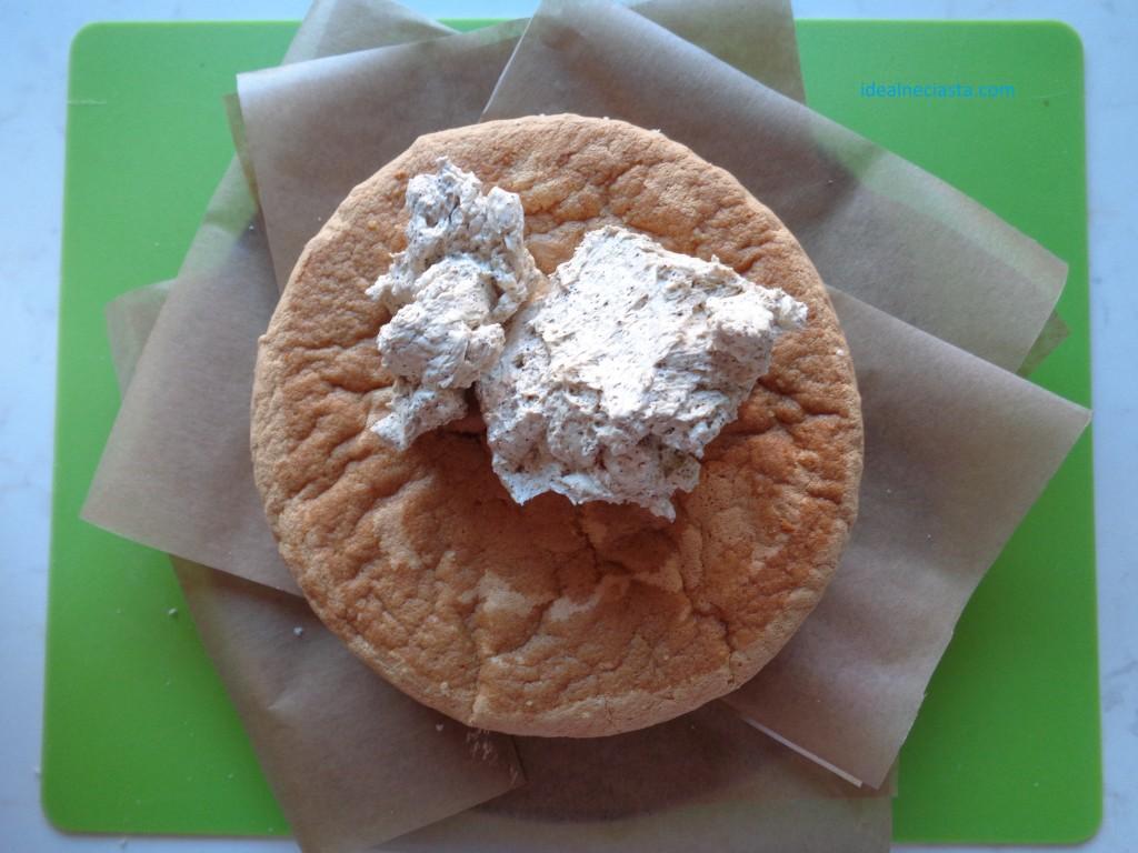 torcik kawowy wykładanie masy na wierzch ciasta