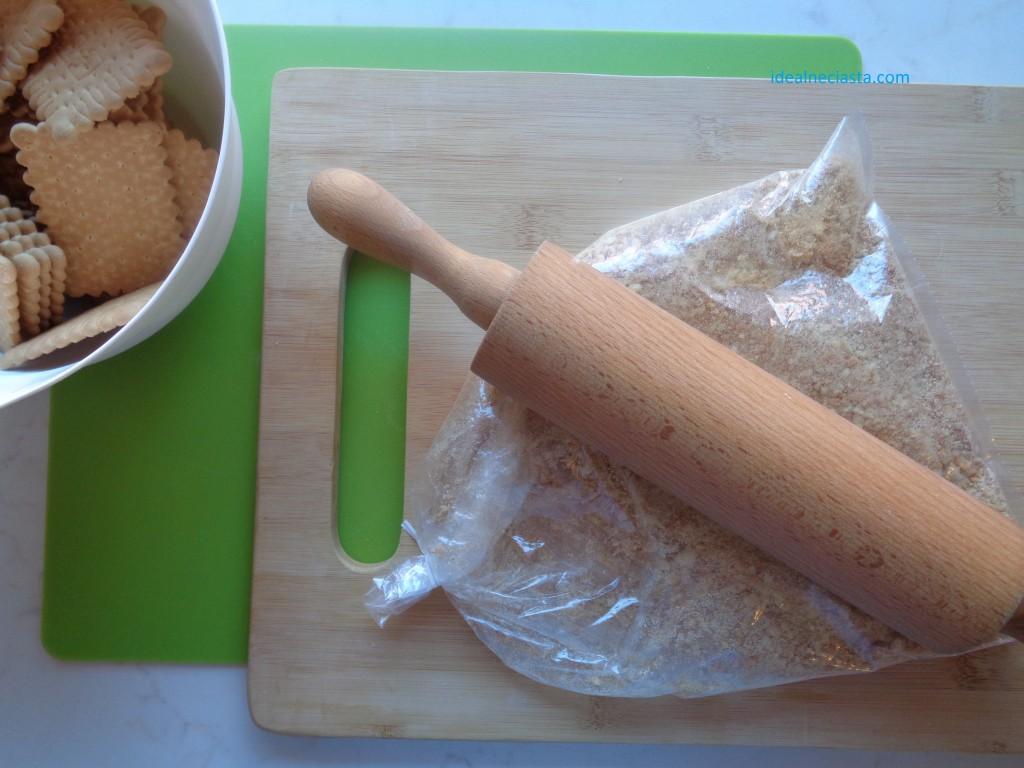 kruszenie ciastek na spód sernika karmelowego