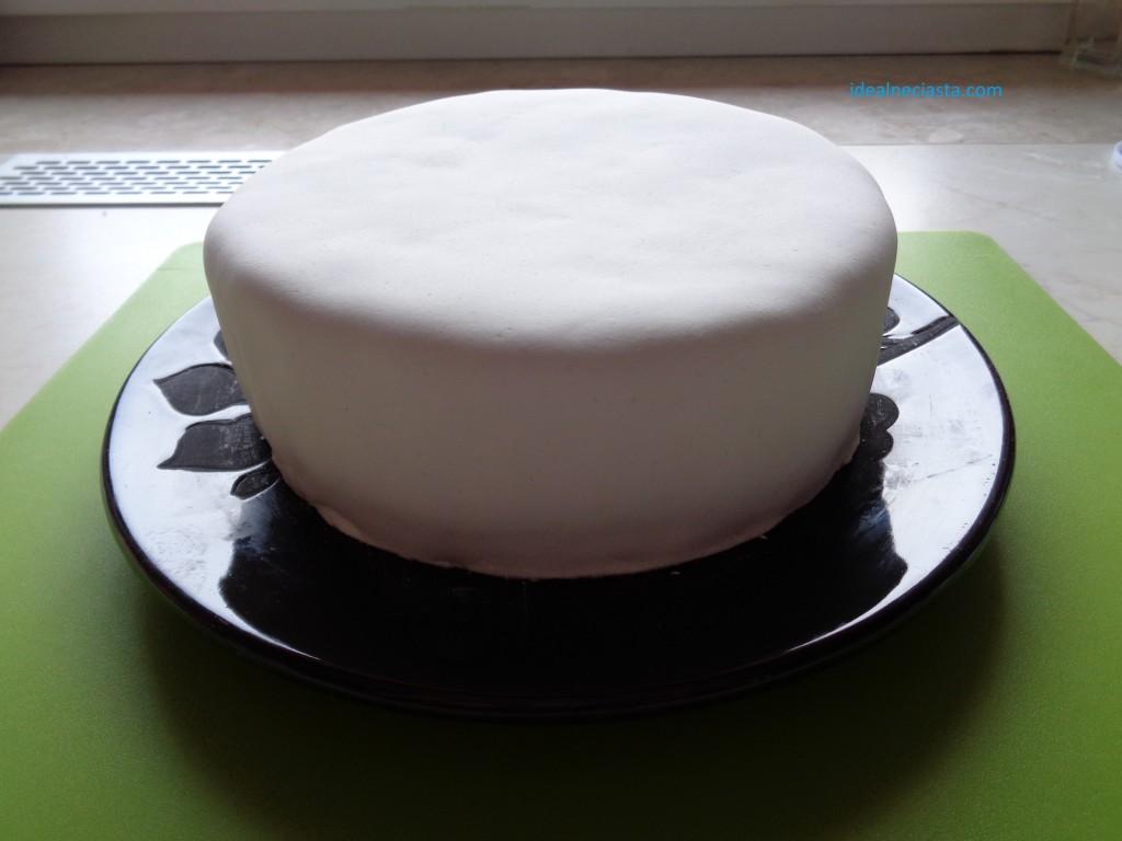 tort pokryty lukrem plastycznym