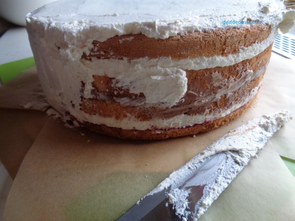 nakladanie kremu na wierzch tortu