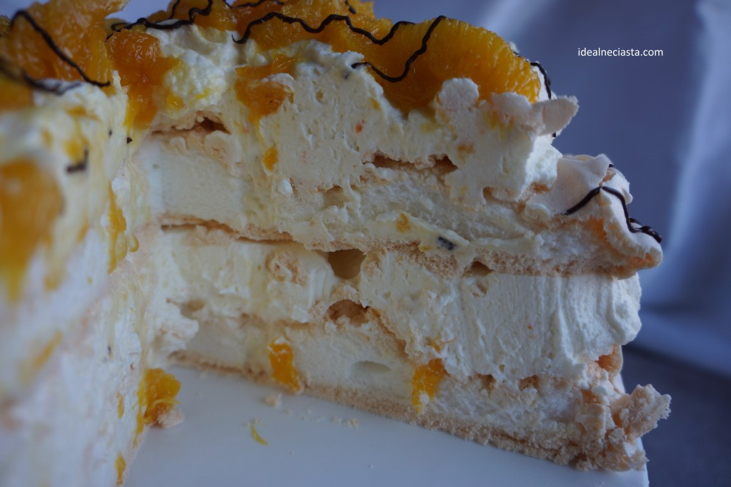 tort bezowy z karmelizowanymi pomarańczami