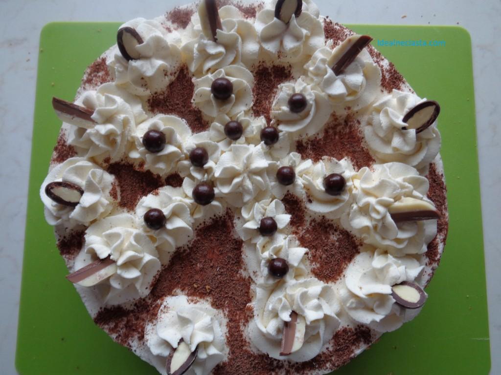 tort udekorowany czekoladkami