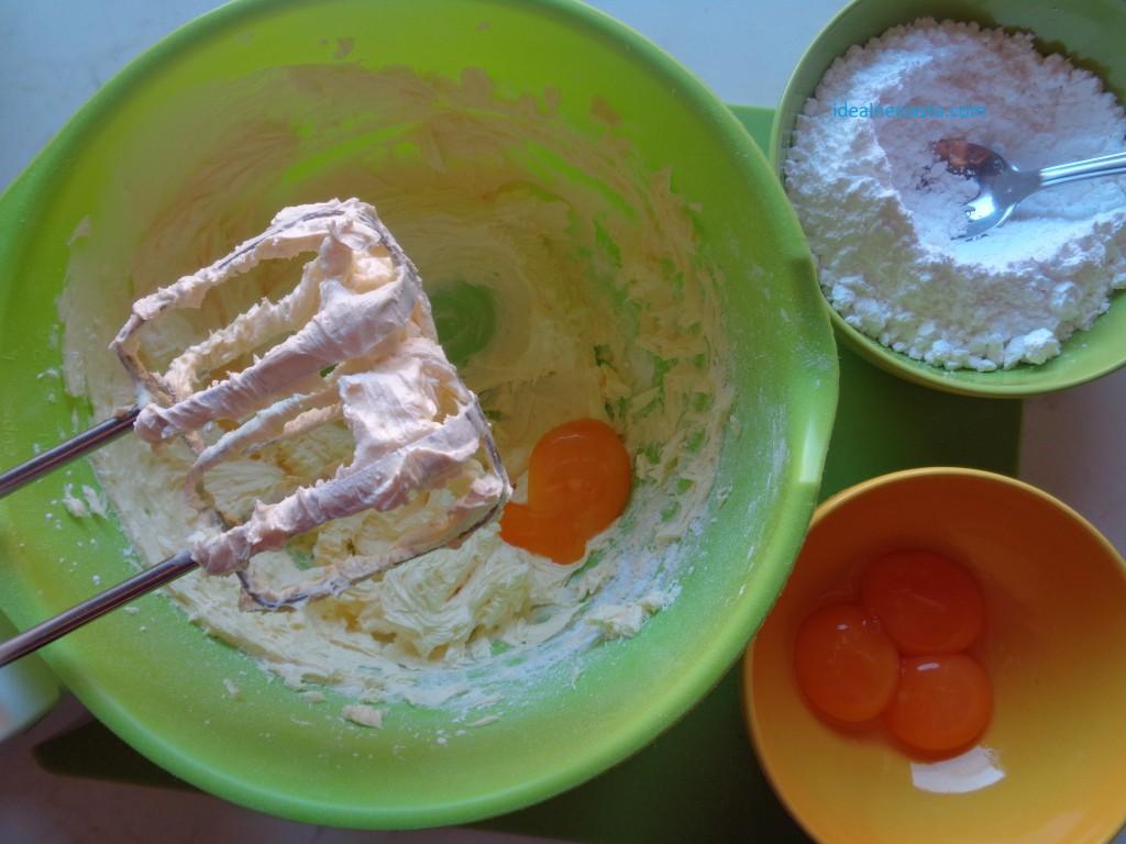 miksowanie masla z zoltkami i cukrem