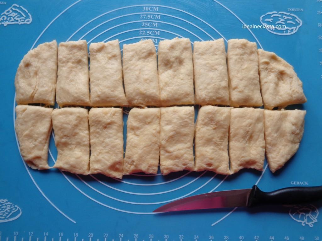 podzielone ciasto na paczki pieczone