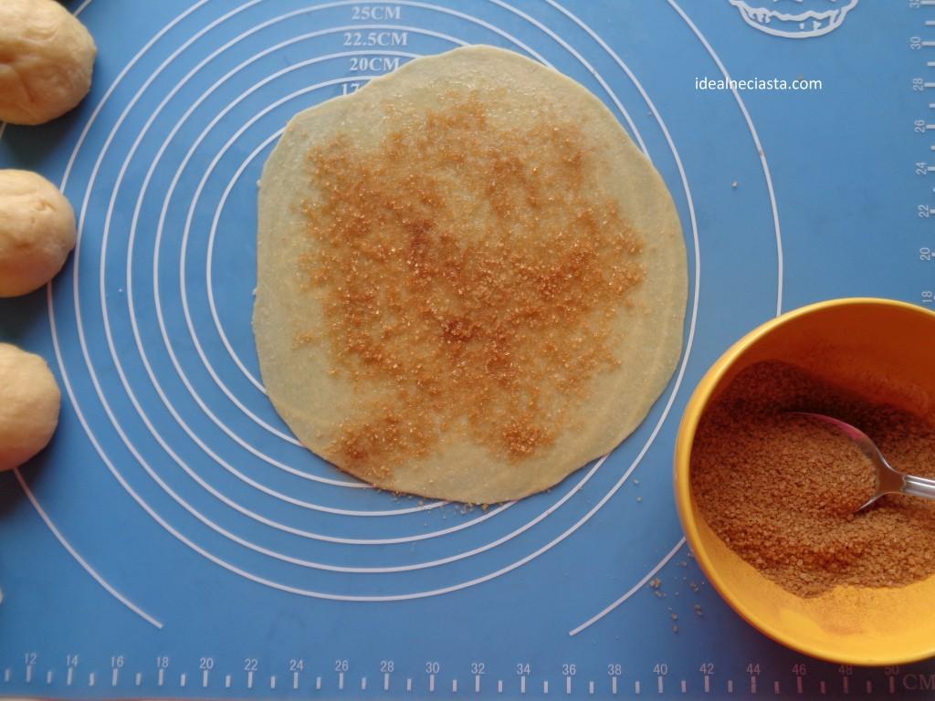 posypywanie ciasta cukrem z cynamonem