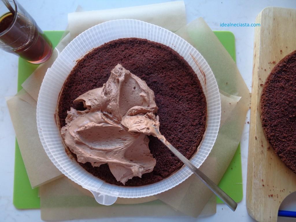 wykladanie kremu na blacie czekoladowym