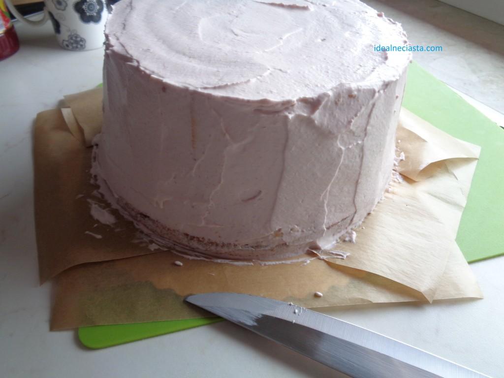 pokrywanie kremem tortu