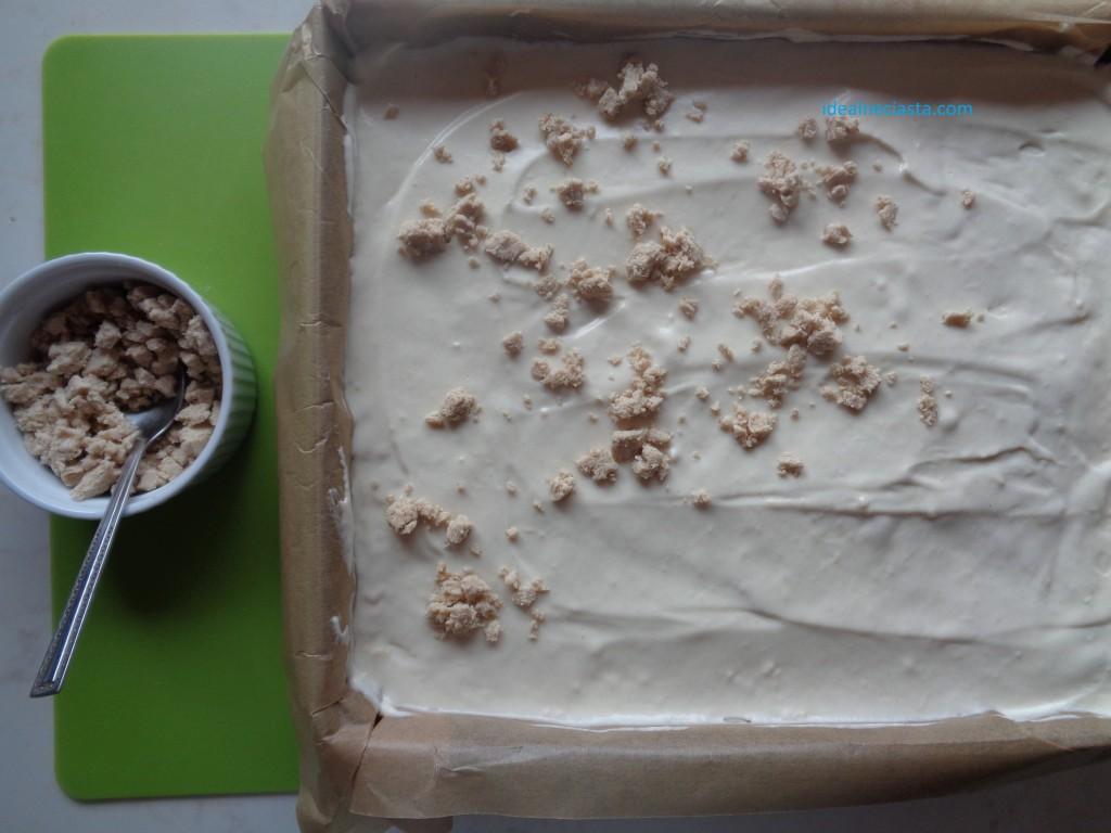 posypywanie wierzchu ciasta chalwowego chalwa