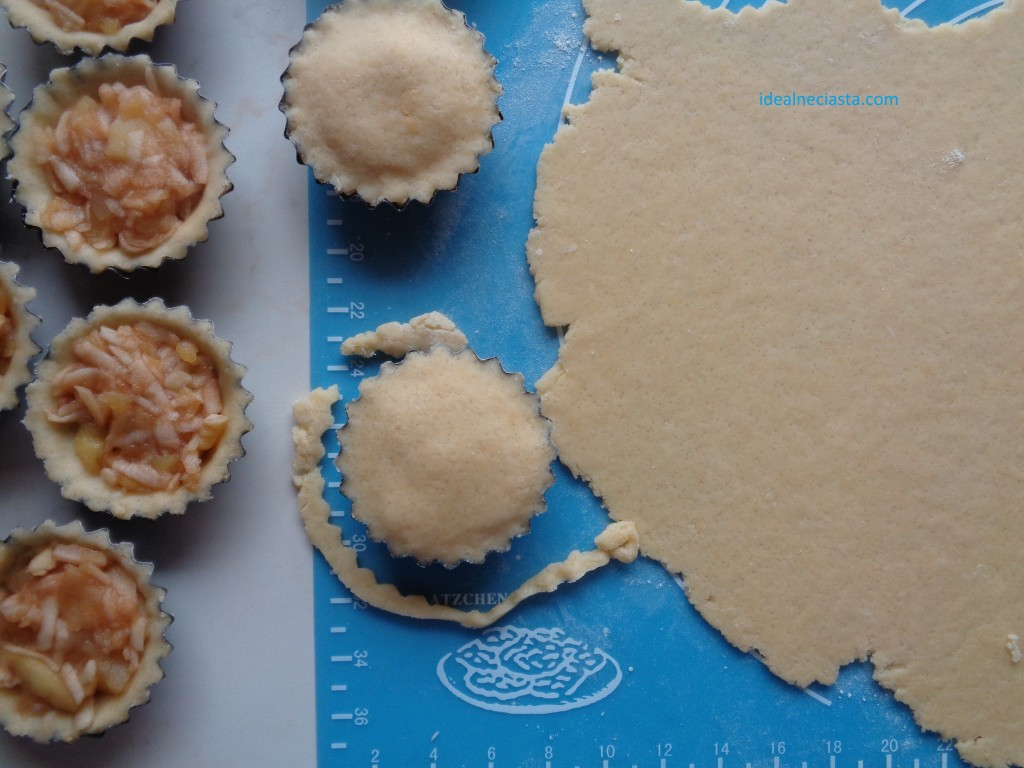 przykrywanie jablek ciastem
