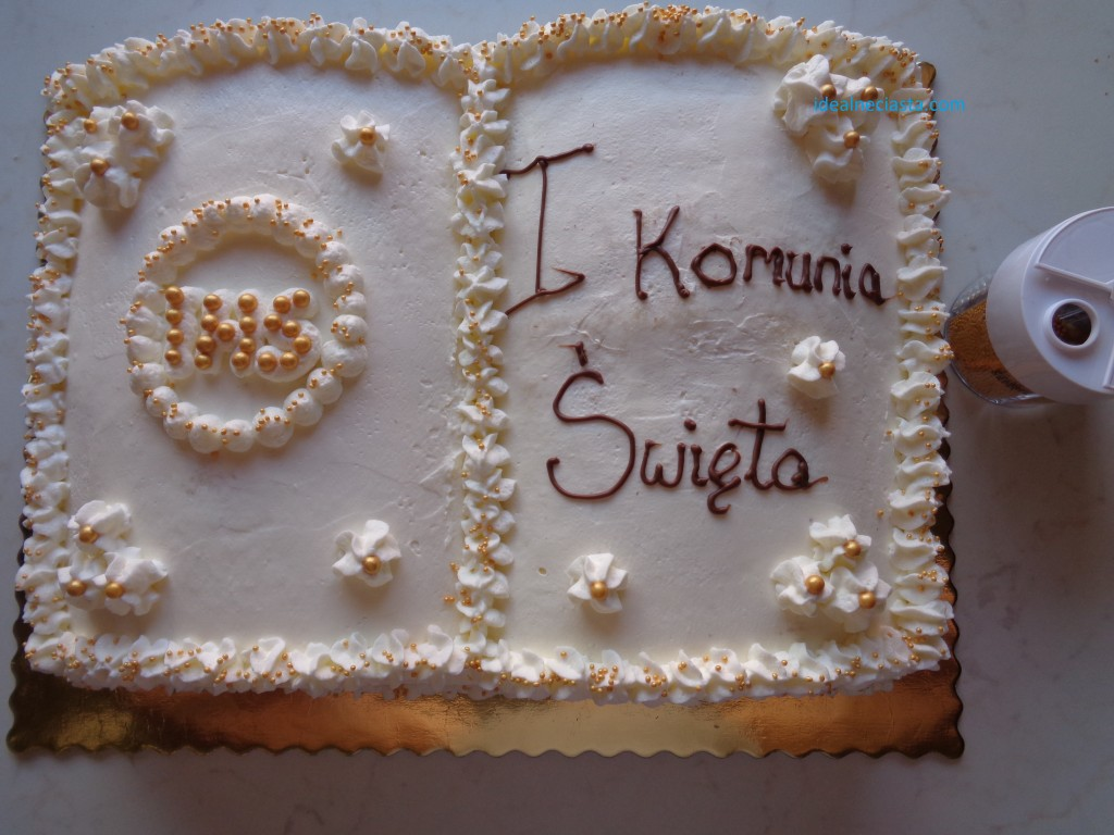 dekorowanie tortu cukrowymi perelkami