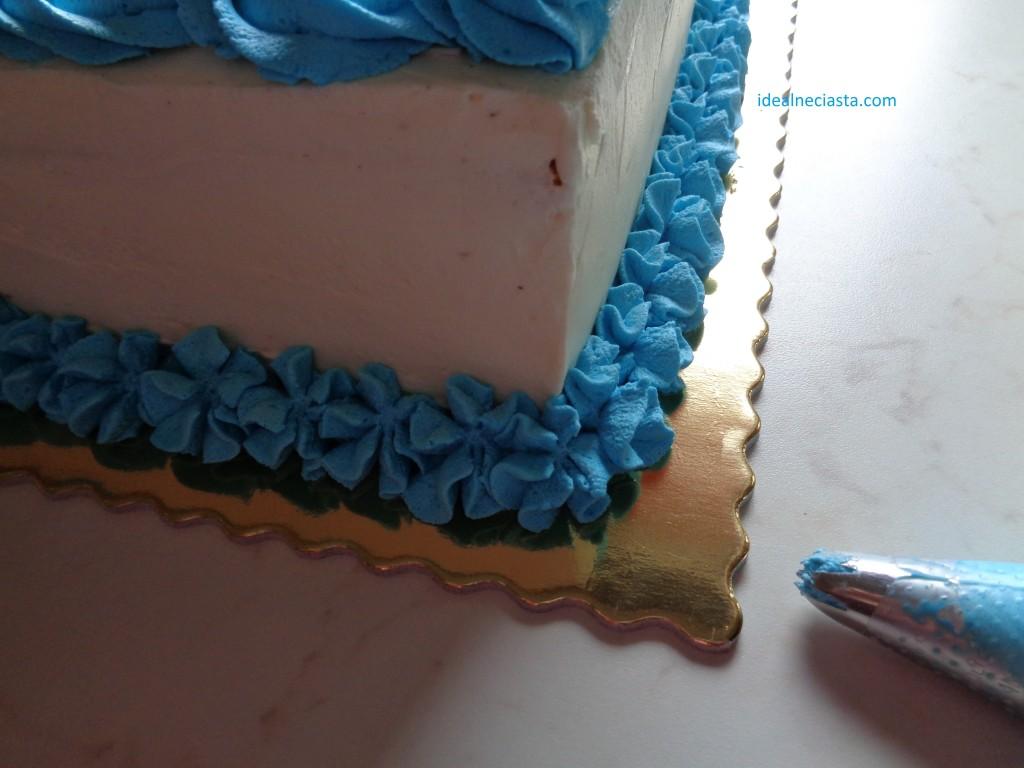 ozdobiona podstawa tortu
