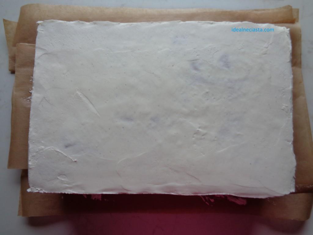 tort pokryty kremem