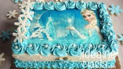 tort z waniliowym kremem truskawkami i dekoracja z oplatka
