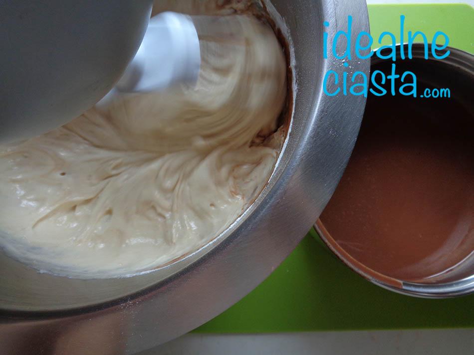 dodawanie roztopionej czekolady