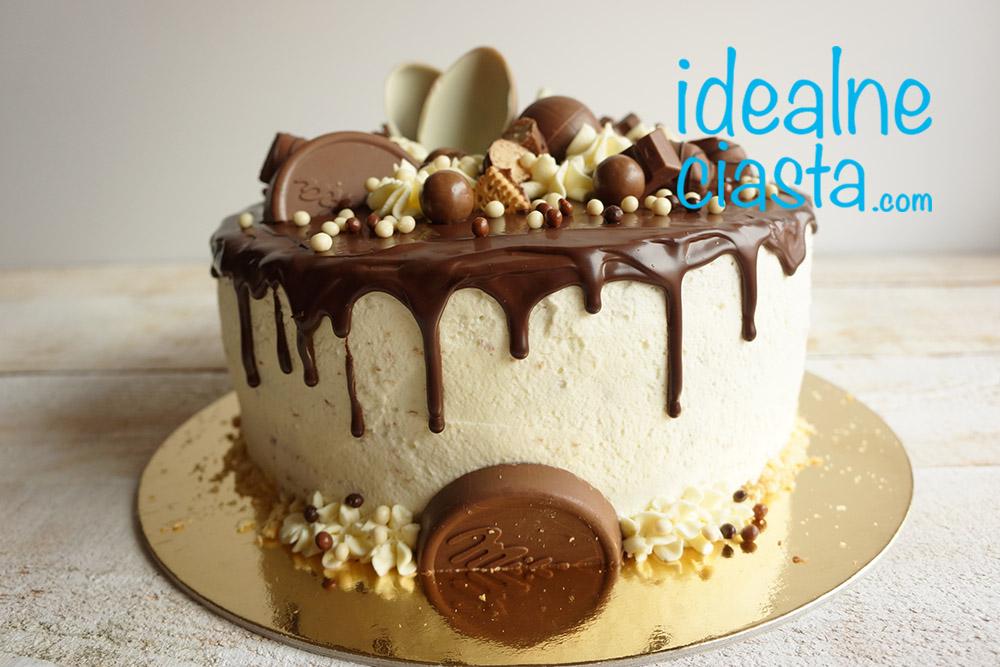 tort czekoladowy z dekoracja z czekoladek