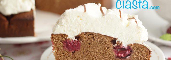 ciasto czekoladowe z wisniami i bita smietana