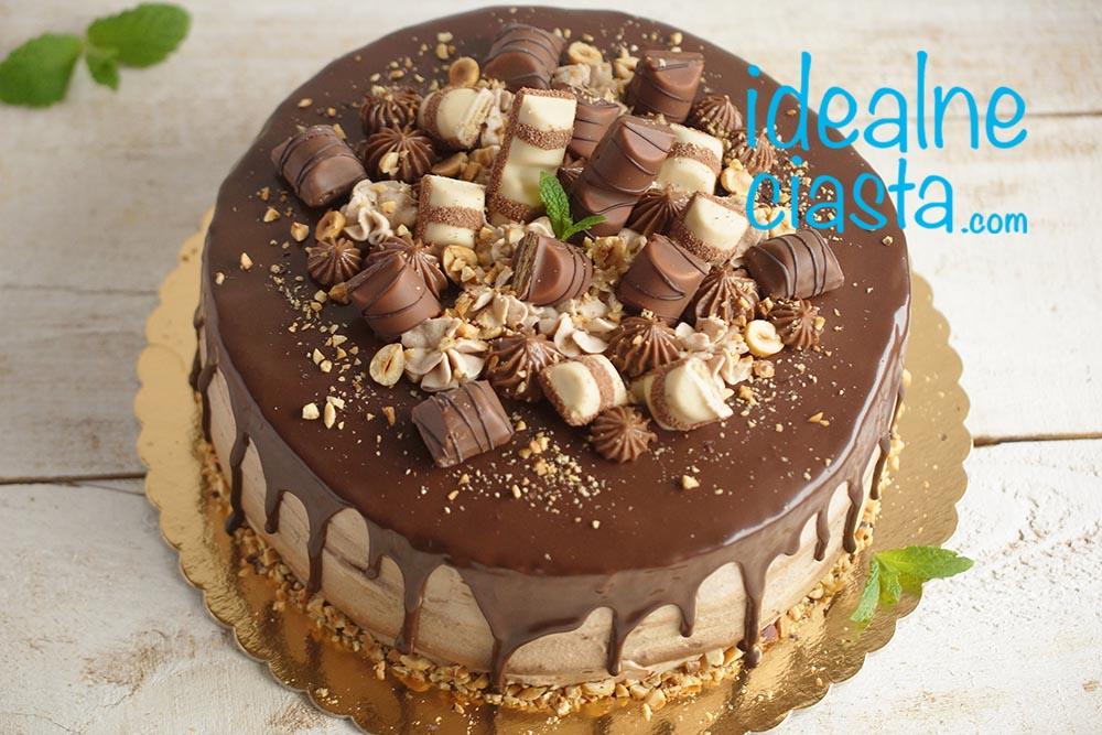 tort z polewa czekoladowa i czekoladkami
