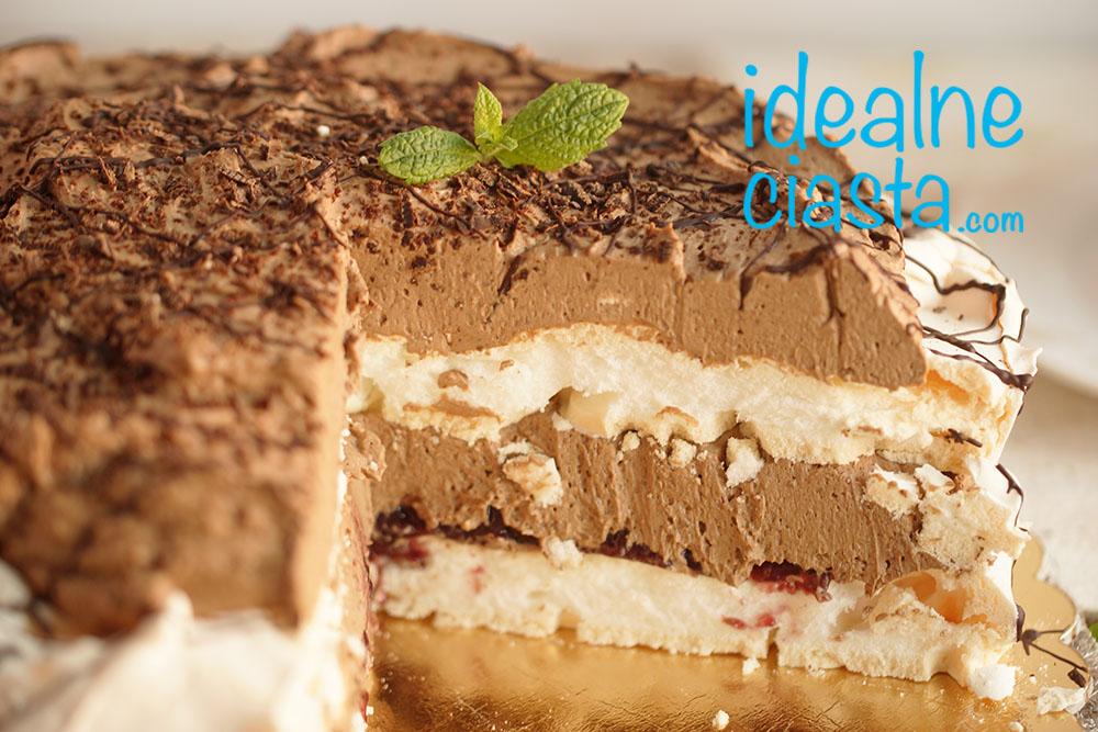 elegancki tort z kremem czekoladowym