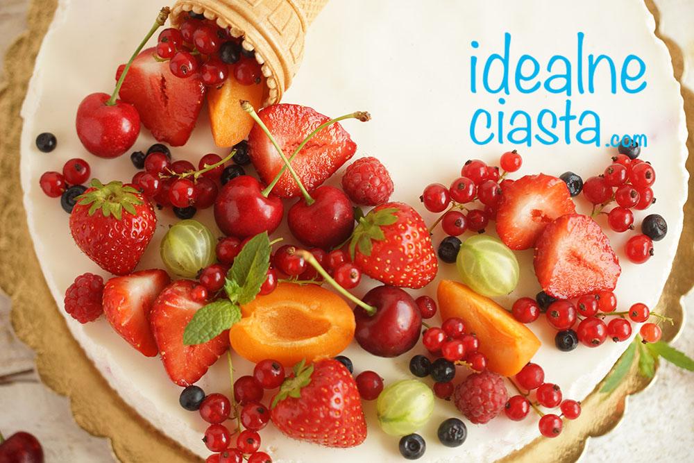 ciasto z owocowa dekoracja
