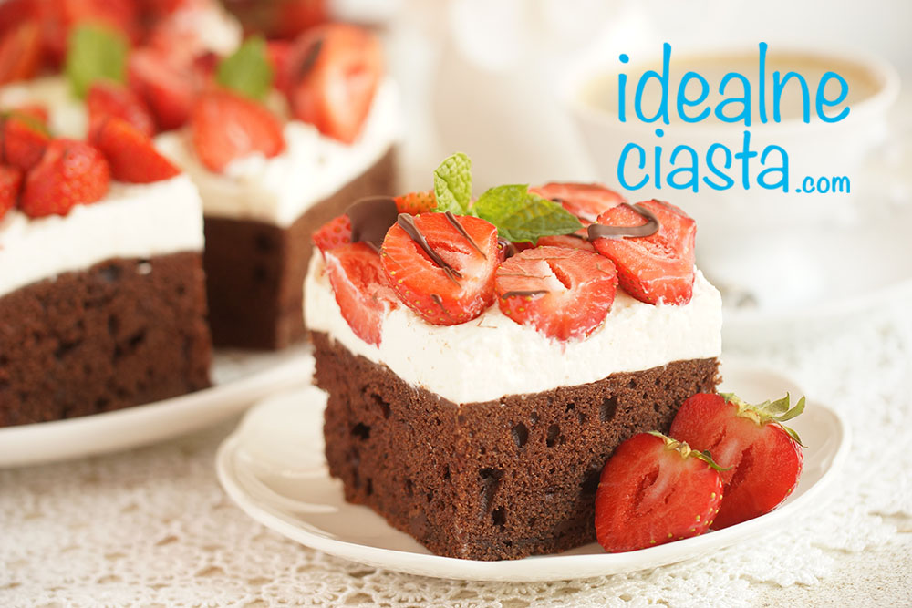 ciasto czekoladowe z bita Å›mietana i truskawkami